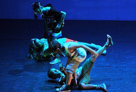 due bambini e due bambine durante uno spettacolo di recitazione e danza