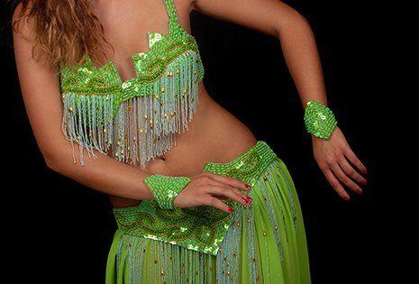 Danzatore di pancia con bella costume verde