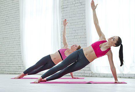Gruppo di donne facendo yoga interna