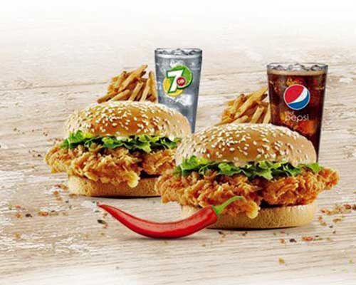 Due hamburger di pollo con lattuga, patatine fritte, un seven up e una pepsi