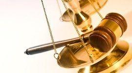 martello giudice su una bilancia d'oro