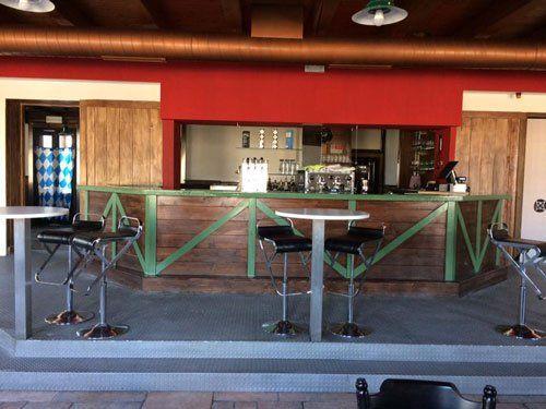 vista di un bancone in legno di un bar
