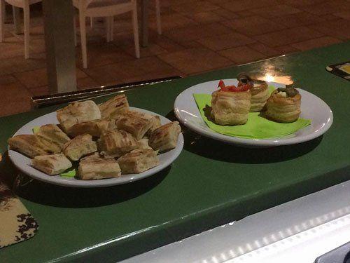 due piatti con delle tartine