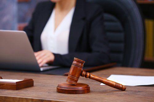 avvocatessa che lavora su un portatile
