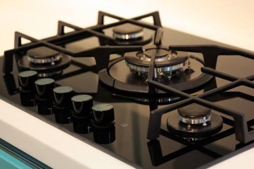 fornello a gas naturale con piano cottura nero