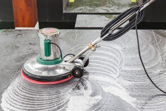 Una monospazzola in funzione lucida un pavimento in marmo