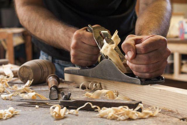un falegname al lavoro con del legno