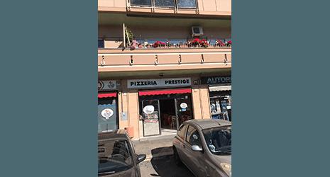 Vista dall'esterno della pizzeria