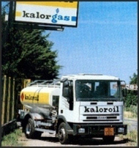 vista frontale di un camion con cisterna a marchio KALOROIL