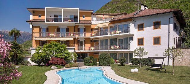 vista della facciata dell'hotel e della piscina all'aperto