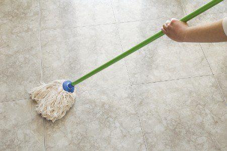 Lavando il pavimento con straccio