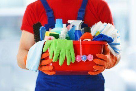 Operatore con tutto il materiale di pulizia