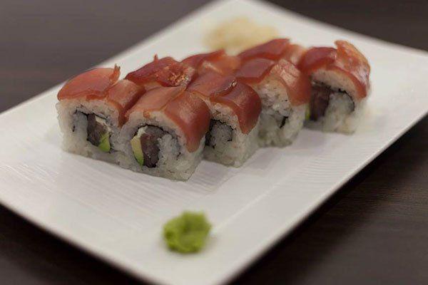 Tradizionale piatto di sushi per gustare con un punto di wasabi