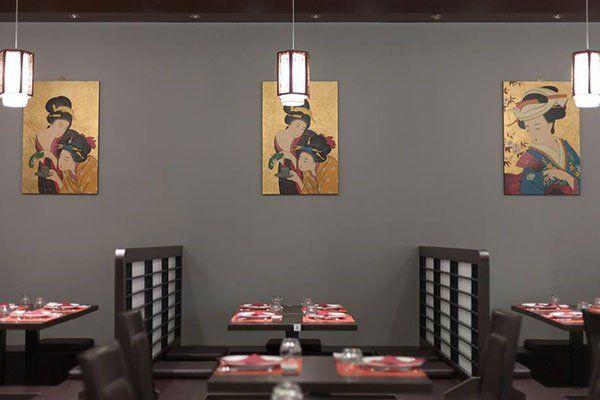 Il ristorante è una ricreazione dello stile giapponese fin dalle tavole fino ai quadri e naturalmente mangiare seduti nel suolo