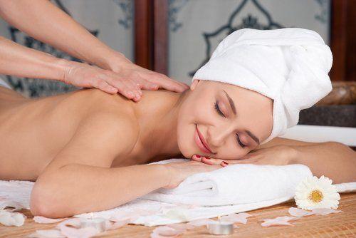 Giovane donna mentre riceve un massaggio
