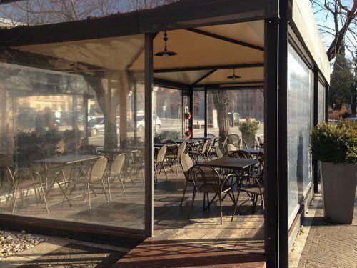 tavoli in un locale con veranda esterna