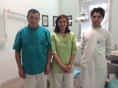 tre dentisti in uno studio