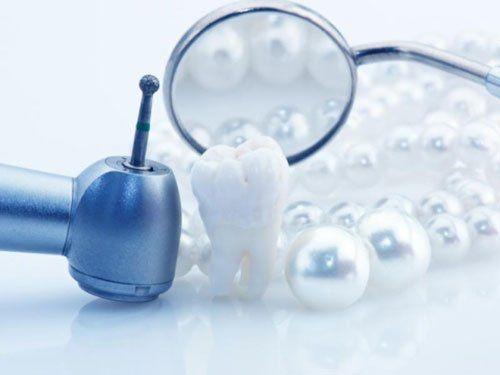 una turbina uno specchietto un dente e delle perle