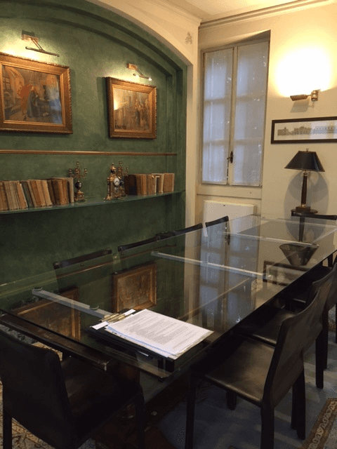 tavolo da conferenze in vetro con un fascicolo di documenti sopra