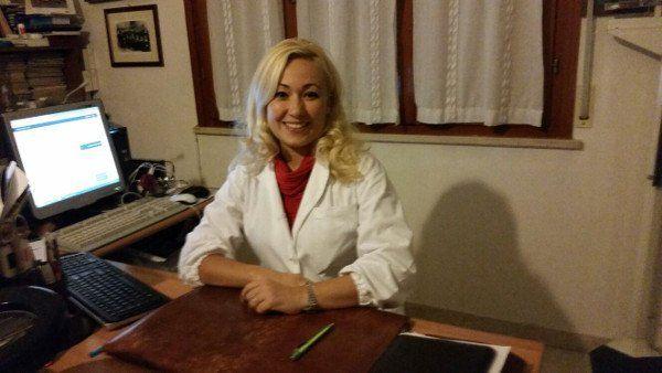 La dottoressa Pasotti Fabiola dietro la sua scrivania