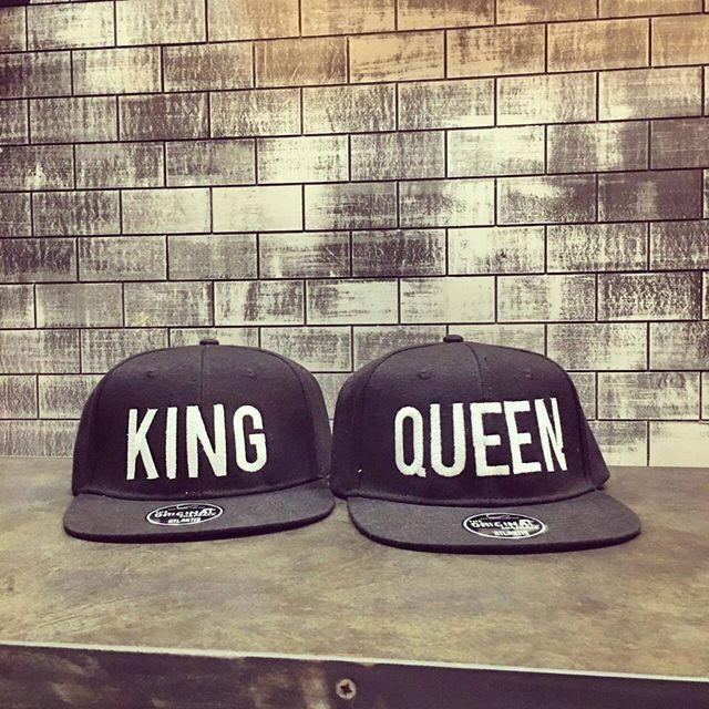 due cappellini neri con scritto King e Queen