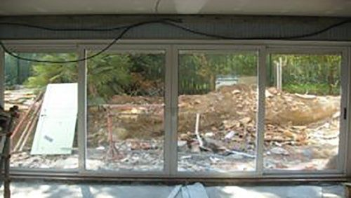 porta finestra scorrevole con vista su un cantiere