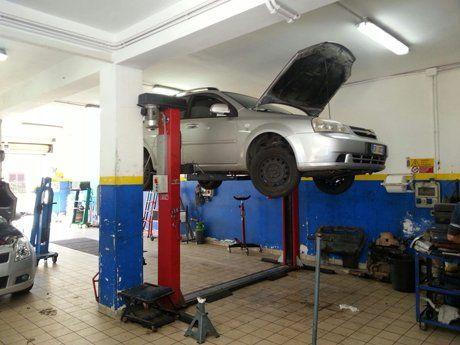 Riparazione di una macchina all'autofficina a Pulsano