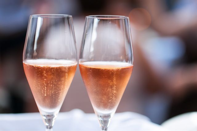2 glasses of champangne