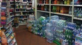 Acqua e articoli per l'igiene personale in esposizione