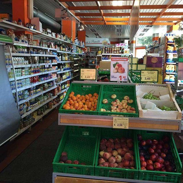 Frutta e prodotti alimentari in esposizione nel supermercato