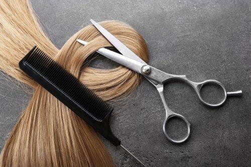 capelli biondi, una forbice e un pettine