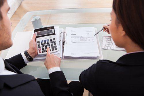 due colleghi fanno dei conti con la calcolatrice