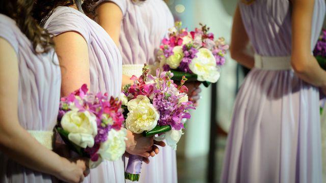 Riga delle damigelle d'onore con i fiori