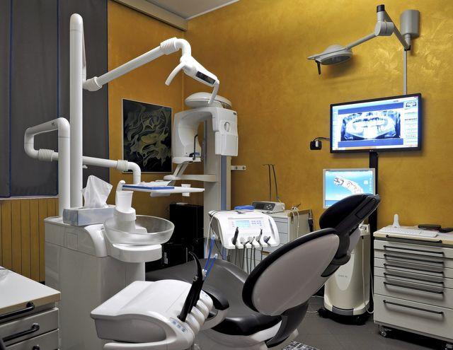 visita dentistica effettuata da una dottoressa
