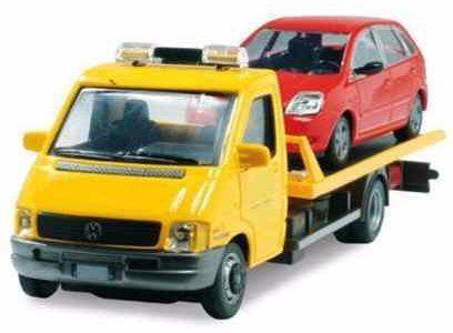 Camion di assistenza caricando un'automobile