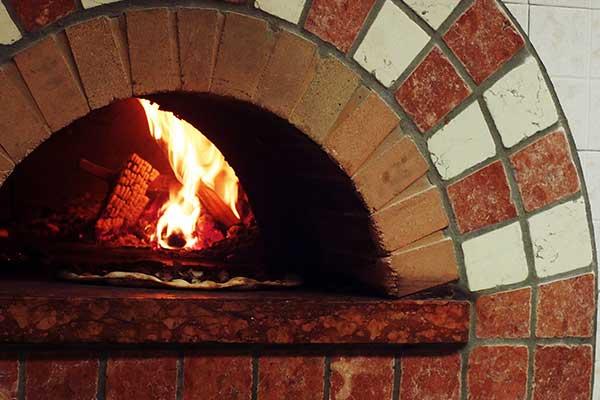 un forno a legna con fuoco ardente