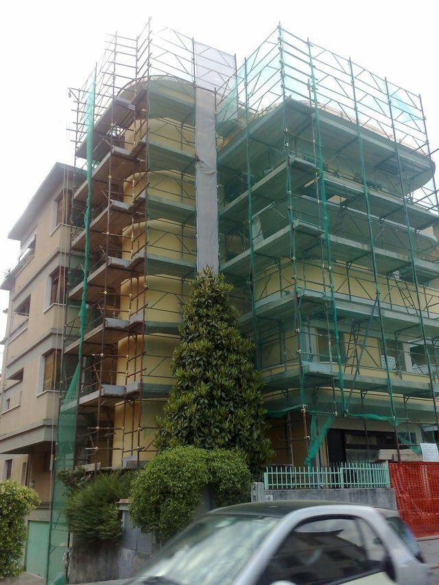 dei muratori alle prese con una costruzione di uno stabile con mattoni a vista