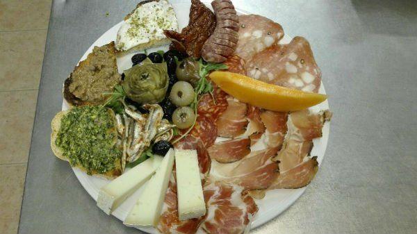 piatto di salumi, formaggi, olive, carciofi e patè