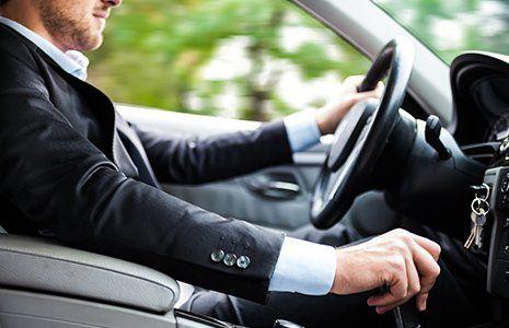 Uomo guida un auto C.R. TAXI NOLEGGIO CON CONDUCENTE Godiasco Salice Terme (PV)