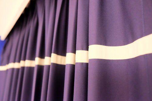 una tenda viola con una riga bianca