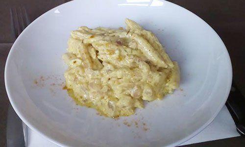 un piatto di penne al formaggio