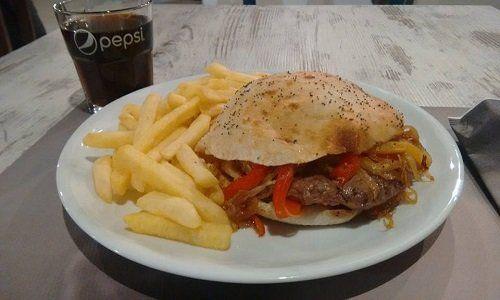 un burger con delle patatine e una bibita