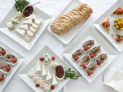 Antipasti: Piatti con pane, formaggio , salumi,