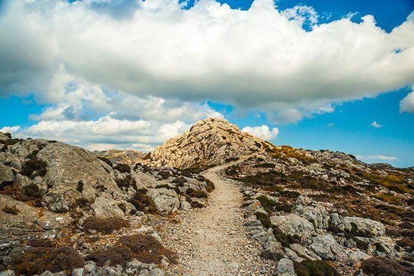 delle rocce e vista del cielo azzurro con delle nuvole