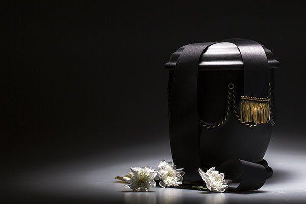 Urna funebre, con nastro e fiore decorato, per simpatia, carta