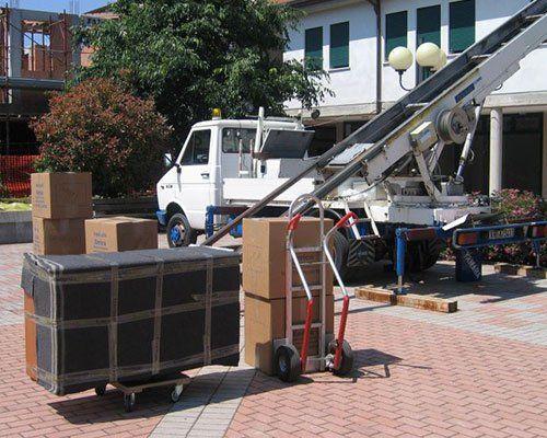 Camion e l'attrezzatura necessaria per il trasporto di oggetti e mobili a un appartamento elevato