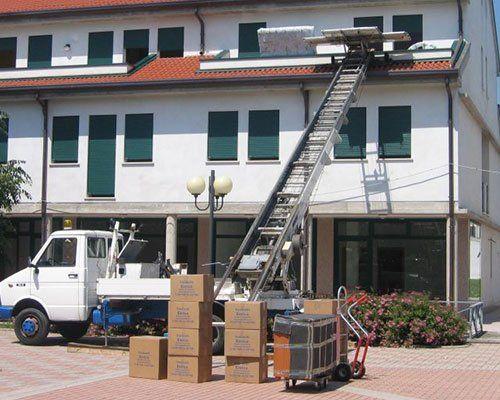 Camion con scale elevata e piattaforma per effettuare i suoi traslochi di forma comoda