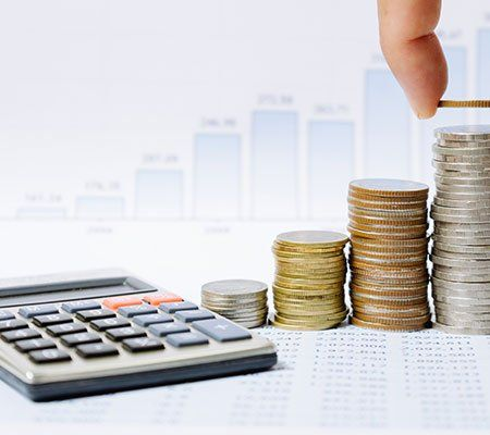 una calcolatrice e delle monete