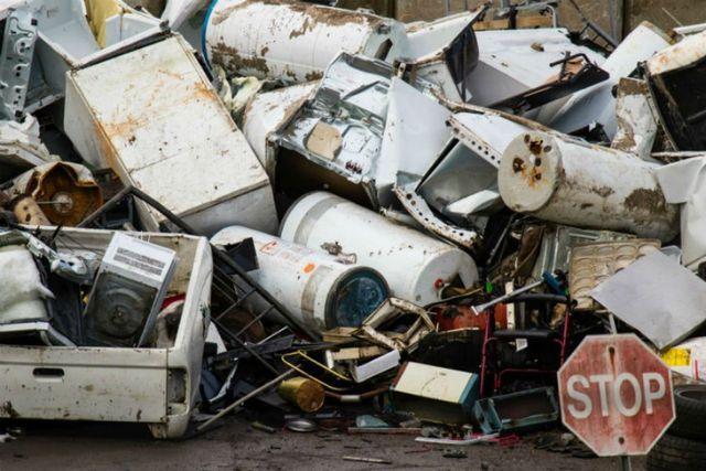 dei rifiuti e elettrodomestici in una discarica