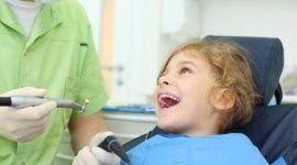 bambina, poltrona del dentista, assistente alla poltrona